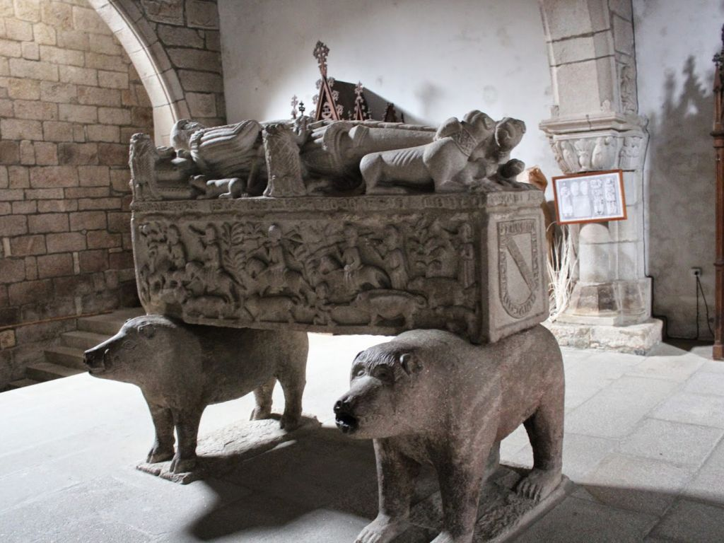 The church of San Francisco de Betanzos and its peculiar funerary sculpture